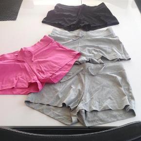 Varetype: 4 par bløde shortsFarve: Se billede  4 par tynde, bløde og behagelige shorts med elastik og bindebånd i taljen. De er alle NYE dog er de sorte skyllet op, men aldrig brugt.  Mindsteprisen for alle 4 stk. er kr. 150+ Porto.  Jeg bytter ikke.