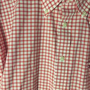 Hej! Jeg sælger denne fine Tommy Hilfiger skjorte. Det er en størrelse XL, og fitter stort. Den har nogle flotte farver, og er i et flot ternet mønster Jeg sælger den til 125 kr. Hvis du har spørgsmål til skjorten, så spørg løs  Tjek gerne mine andre annoncer ud for en masse billige ting!