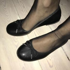 Super fine sorte ballerinasko, kun brugt én gang, stadig med mærke indvendig. Super fin stand.
