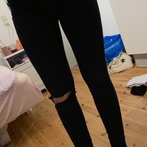 Sorte jeans mærket er Molly, hul på knæet er selv klippet. Men de er stadig super fede, og er stadig sorte.