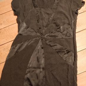 Super lækker sort kjole fra Rützou i 100 % silke. Perfekt little black dress 🖤
