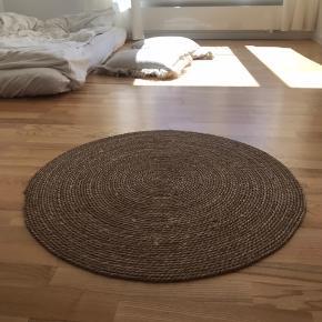 Gulvtæppe i naturlig jute-materiale. Flot bohemestil. Byd gerne :)