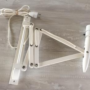 Super velholdt hvid retro sakselampe fra Lyskær - er som ny - utrolig velholdt. Smart med stor glødepære eller skærm.  Kan sendes med DAO for 38,-