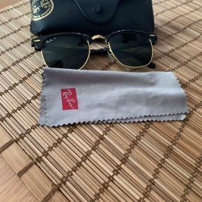 Lækre Ray Ban clubmaster solbriller!  De er givet i gave og dermed medfølger kvittering ikke  Dog kostede de 1200 fra ny  Både etui (originalt) samt pudseklud medfølger   Sælges for 650 kroner   Ingen ridser i glas mm men skal måske rettes til, kan gøres gratis hos en brilleforhandler, eller selv hvis man er fiks på hænderne, det er meget simpelt