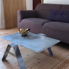 Nu kun 300 kr ! :) Da jeg netop har lavet mit eget sofabord som skulle være til en anden som fortrød, skiller jeg mig af med dette super fede sofabord i galvaniseret stål - et godt rustikt bord med et skulpturelt udtryk.   Mål:  b: 65 x L: 80 h: 31 cm