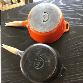 Jeg sælger disse to støbejerns kasseroller fra copco. Super fede og meget solidt køkkengrej. Emaljen er desværre skrællet lidt af i kantet på den orange og på det sorte låg ved håndtaget.  Mp pr styk er 70 kr