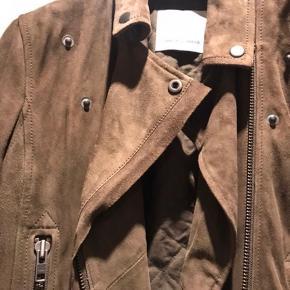 Flot og blød ruskinds jakke fra Samsøe.  Jakken er foret og aldring brugt.  Kommer fra ikke ryger hjem.