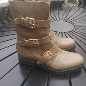 #30dayssellout  NY PRIS Super fede og populære støvler med guld spænder. Aldrig brugt str 38.farven er gråbrun, oliven, ved ikke helt hvordan farven beskrives, men fed farve.