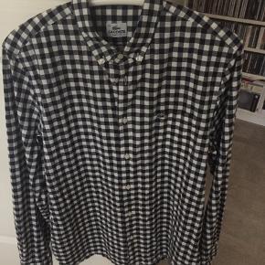 Lacoste ternet skjorte pæn brugt stand, ses kun indvendig i halsen, at den har været brugt (lidt gullig ses ikke på)😀