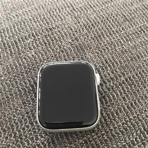 Apple Watch 5, 44 mm - aldrig brugt super flot med hvid rem