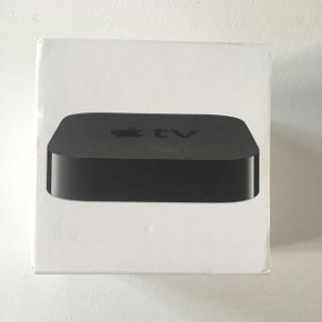 Apple tv 3. generation med strømledning og fjernbetjening. Købt i år 2015-16. Virker upåklageligt✨ Kan afhentes i Århus N eller sendes med DAO på købers regning🌸