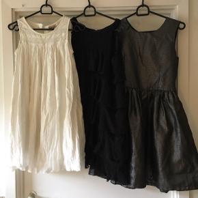3 fine kjoler sælges samlet. Str 146 Hvid fra pomp de Lux. Ny sort sølv fra Hennes og sort fin kjole fra Hennes brugt få gange. Pris 100kr Sender med dao til 40kr