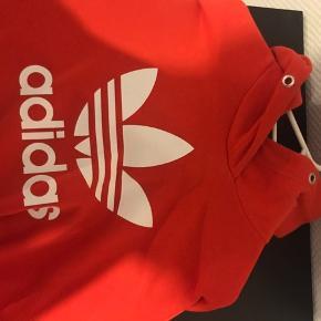 Lækker Adidas hoodie som bare samler støv på tøjstativet. Er åben for bud