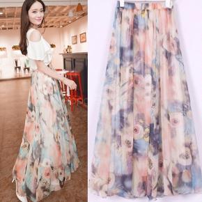 Sød nederdel med blomsterprint.   Str S/M - aldrig brugt