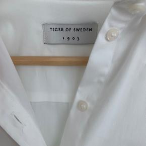 Klassisk figursyet skjorte fra Tiger of Sweden. Fik den desværre aldrig på, så helt ny.
