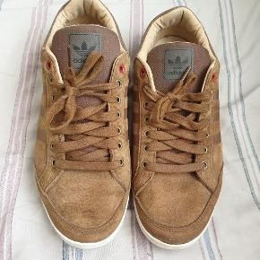Virkelig fede sko fra Adidas, jeg får dem, desværre, ikke brugt, og de har stået de seneste to sæsoner og samlet støv. Brugt en håndfuld gange, og er i meget pæn stand. Str 42 - UK 8