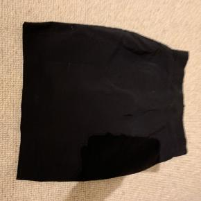 Næsten ny nederdel der går til lige over knæet
