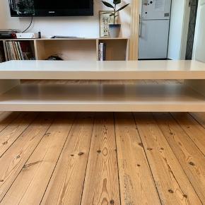 Hvidt TV-Bord fra Ikea. Meget få brugsmærker.  Dybde: 55 Længde: 149 Højde: 35,5 Afstand mellem hylder: 15,5