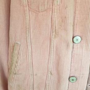 Mega flot lyserød fløjls jakke. Den har nogle pletter som fremgår på billede 2