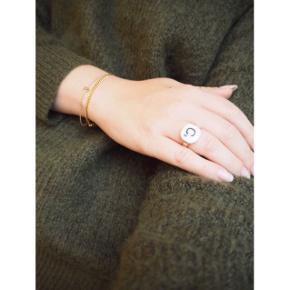 Sølv og porcelæn. Nypudset. Ringen kan justeres i størrelse  ❕annonce slettes når varen er solgt!  🤍 Jeg giver gratis fragt ved køb af to eller flere varer, så længe den samlede pris er på 100kr eller derover!