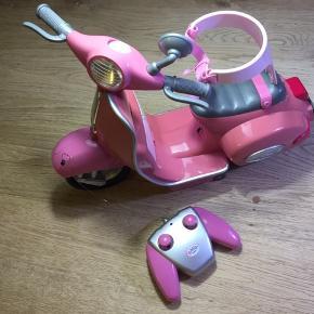 Fjernstyret Baby Born scooter, som er brugt få gange og fremstår som ny. Den er ca 30 cm høj.