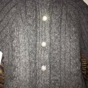 Smukkeste og blødeste grå Ganni cardigan med diamantknapper  Brugt få gange.  Str. xs, men passes af xs og s   Np. 3000,-