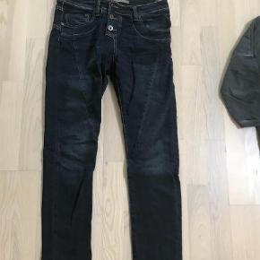 Varetype: Jeans Størrelse: XXS  Farve: Blå Oprindelig købspris: 1400 kr.  Brugt få gange, ingen brugstegn.  Mp.400pp   Bytter ikke.  Handel via ts betaler køber de 5% i gebyr