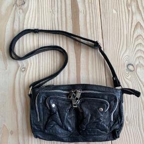 Helt ny Stine fra Nunoo 👛 Kun prøvet på, standen er derfor helt som ny! Sort læder med sølv hardware ⛓  Jeg sælger den for min mor.   Bemærk - afhentes i 8000 eller sendes med dao. Bytter ikke 🌸  ♻️ Taske lædertaske crossbody crossbodytaske Núnoo sort Stine