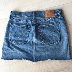 Denim-nederdel fra Levi's i str. 28. (Medium) Sælges kun fordi den er for stor til mig.  Nypris 500kr🤗