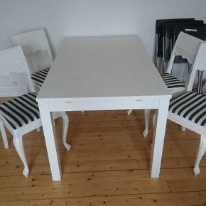 Bord med 4 stole.  Fungerer fint men har små brugsskader som sagtens kan dækkes med en lille klat maling. Stolene har lidt skjoler som kun kan ses i noget lys, men kan sagtens fjernes med lidt rens.