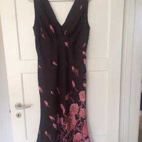 Silke kjole med foer i viskose Lynlås i siden A-form i skørt Kan sendes