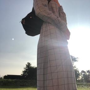 Lang, varm kjole fra Moss Copenhagen. Brugt maks 2 gange, og vasket en enkelt gang. Der er ingen tegn på brug