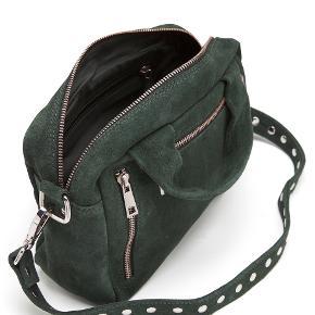 Cool Núnoo taske. Modellen hedder Donna og er en fed og praktisk hverdagstaske.  Materialet er mørke grønt ruskind.