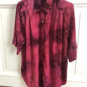 100% SILKE.  Den smukkeste vintage silkeskjorte fra Christian Dior. Har aftagelige skulderpuder og fine knapper, der giver den et unikt look. Skjorten er i rigtig god stand og kan bruges oversize af en str. S, alm fit til str. M og L.  Se også mine andre annoncer!
