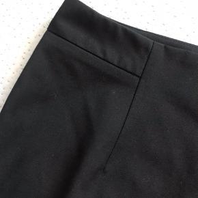 Klassisk sort pencilskirt fra Inwear. Figursyet og med slids bag på. Str. 38. Stort set ikke brugt og i meget god stand. Modellen hedder Ninsa.   Kan afhentes i Valby eller sendes via DAO.