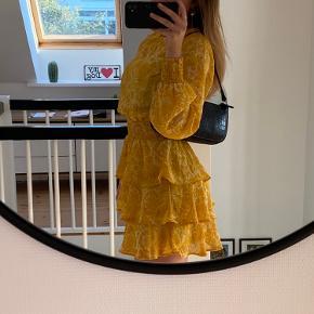 sødeste kjole i karrygul med mønster brugt 1 gang til en dimension byd!!