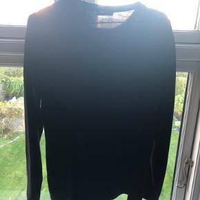 Hej sælger denne superlækre versace collection bluse/læ-tshirt Cond 9 Har kvit og tags og Np:1200kr Tag den til 700kr
