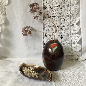 West Germany keramikOval vase, H: 16cm, pris 85kr Smykke skål, 11x20cm, pris 40kr Kande, 12cm, pris 40kr Samlet pris (alle 3 dele) 125kr