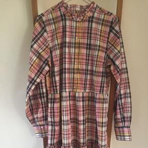Fin ternet kjole fra part two i bomuld   Str 36, men kan godt passes af 38, alt afhængigt af hvordan man vil have den skal sidde  Ny pris ligger på omkring 900-1000kr