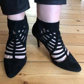 Str 39 Flotte og luksuøse sandaletter fra SARGOSSA. Skoene har en specielt integreret inderstål, fremstillet med medicinsk graderet hukommelsesskum, støddæmpende pude og en springfjeder for at sikre ren komfort for foden. – Stilethæl – Lukkes med lynlås bagpå – Normal pasform  - Hælhøjde 8 cm. - Ruskind læder - Nypris 2499kr - brugt 2 gange