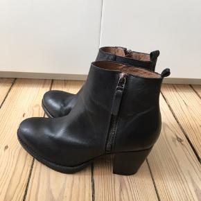 Fede støvler i sort læder med hæl fra Pavement. Modellen hedder Stockholm. Støvlerne har været brugt en enkelt gang, men sælges da de simpelthen er for store til mig.