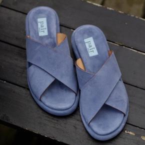 Blacksole color mix   Super skøn lækker sandali en smuk støvet blå farve. Sålen er super skøn og blød med lidt højde på. Perfekt til de smukke sommer fødder.   Ruskind inde- og udvendigt Sålen er af gummi   700pp Bytter ikke