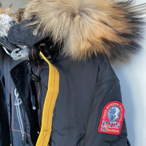 Overvejer at sælge min fantastiske Kodiak Jakke fra Parajumpers. Den er fantastisk varm, og du vil aldrig fryse.   Den er brugt mindre end en måned, og fremstår fuldstændig som ny. Derfor har jeg tilladt mig, at sætte standen som ny.
