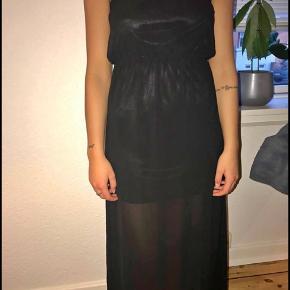 Sælger for veninde:   Sælger min super fine sorte kjole, som er brugt 1 gang. Fejler ingenting, er som ny.  Byd endelig