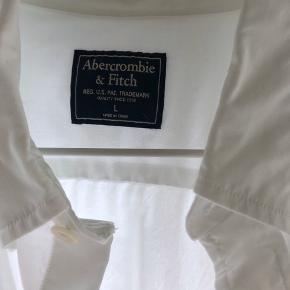 Klassisk hvid bomuldsskjorte.