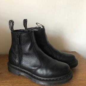 Dr. Martens støvler model : 2976 w. Zip  Brugt meget få gange da de desværre er for små. Ny pris 1.600kr.
