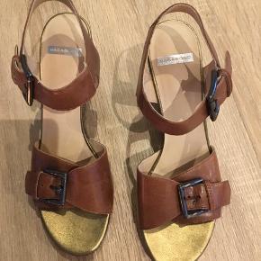 Flotte ubrugte sandaler med kilehæl. Nypris 800,-