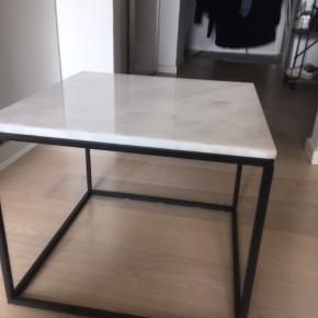 Jeg sælger dette smukke ægte marmor, Sofabord. Det er brugt i 3  måneder.  Bordet vakler lidt når man eks. Skære mad ved bordet. Det gjorde det ved køb.  Nypris 1200 kr.  Sælger det billigt!   Målene: b:50 l:50 og h:42 cm