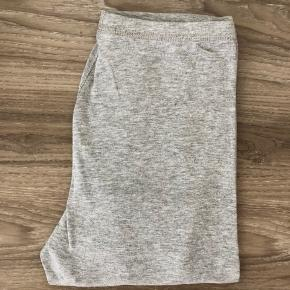 2 par gemasher / lange underbukser / natbukser.  Jeg har brugt dem som natbukser, da de er super dejlige og bløde at have på. Og så en lækker T-Shirt 🤩  Blød elastik i livet og ribkanter ved anklerne.  De er let brugt, og ligger mellem næsten ny og gmb.  2 par: 39,- pp  Se også mine andre annoncer - om der er mere du skal have med:) Har meget i denne størrelse.