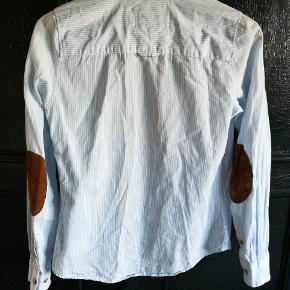 Tætsiddende, blød skjorte fra L.O.G.G. Fed detalje på albuerne. Ingen huller el. manglende knapper eller pletter.